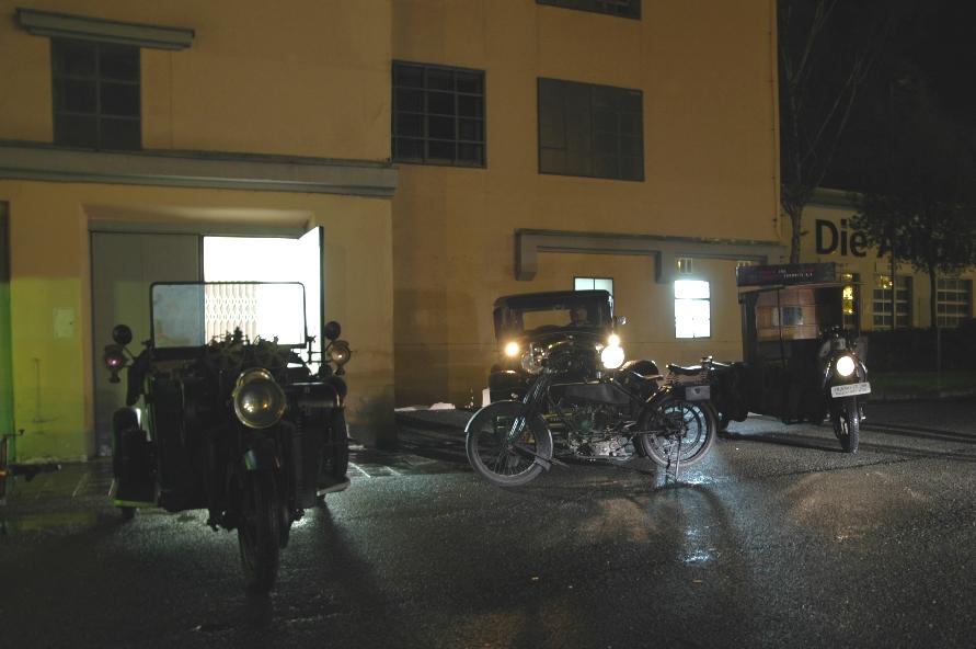 Exponate vor dem Museum bei Nacht