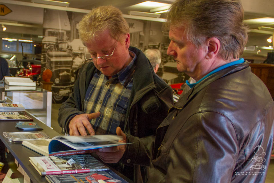 Besucher schlagen im neuen Buch nach