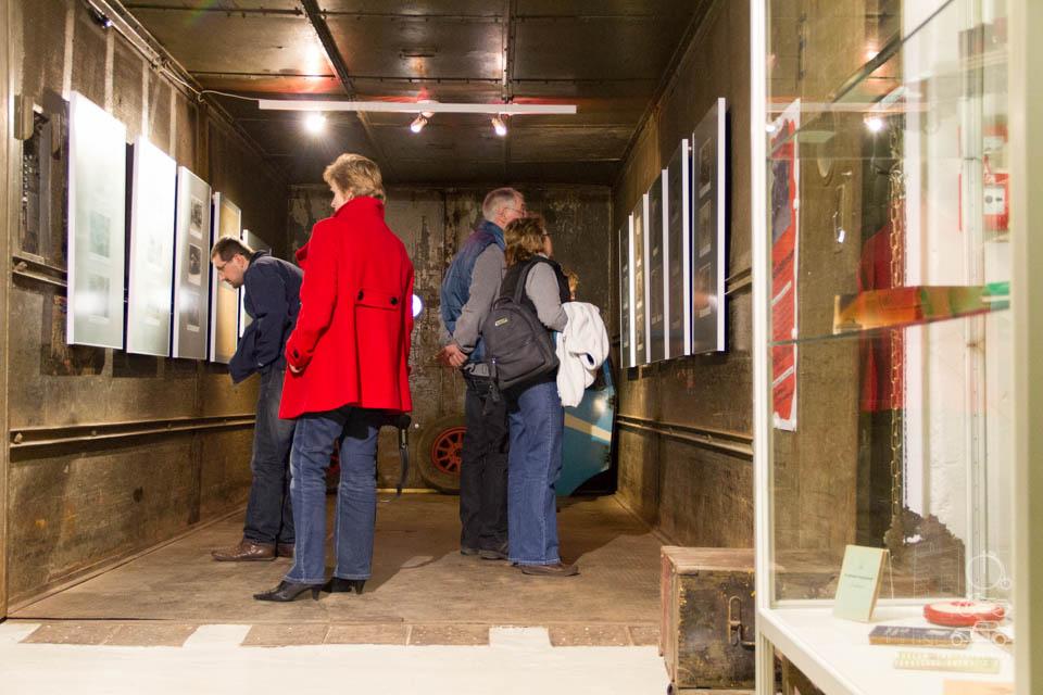 Besucher im Fahrstuhl