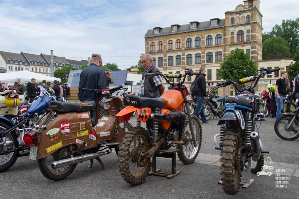 Mopeds in Reihe aufgestellt