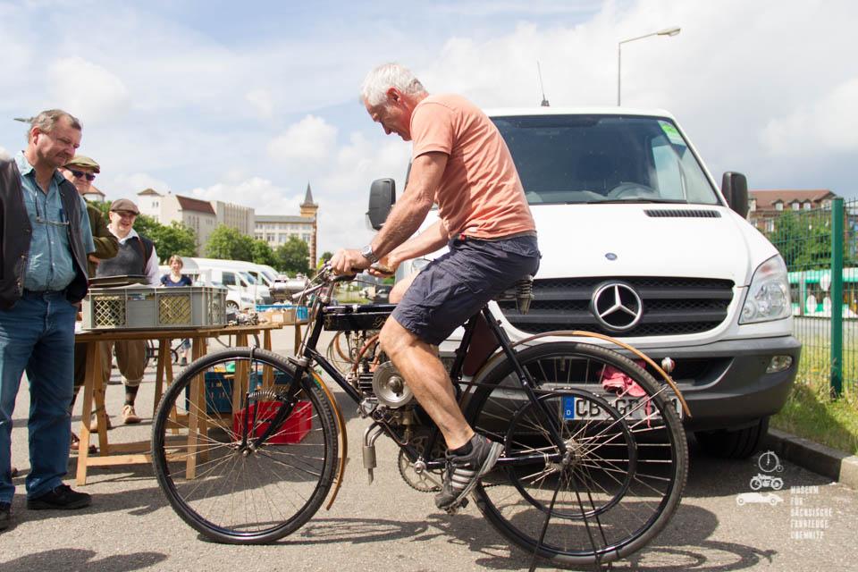 Besucher beim ausprobieren alter Fahrräder