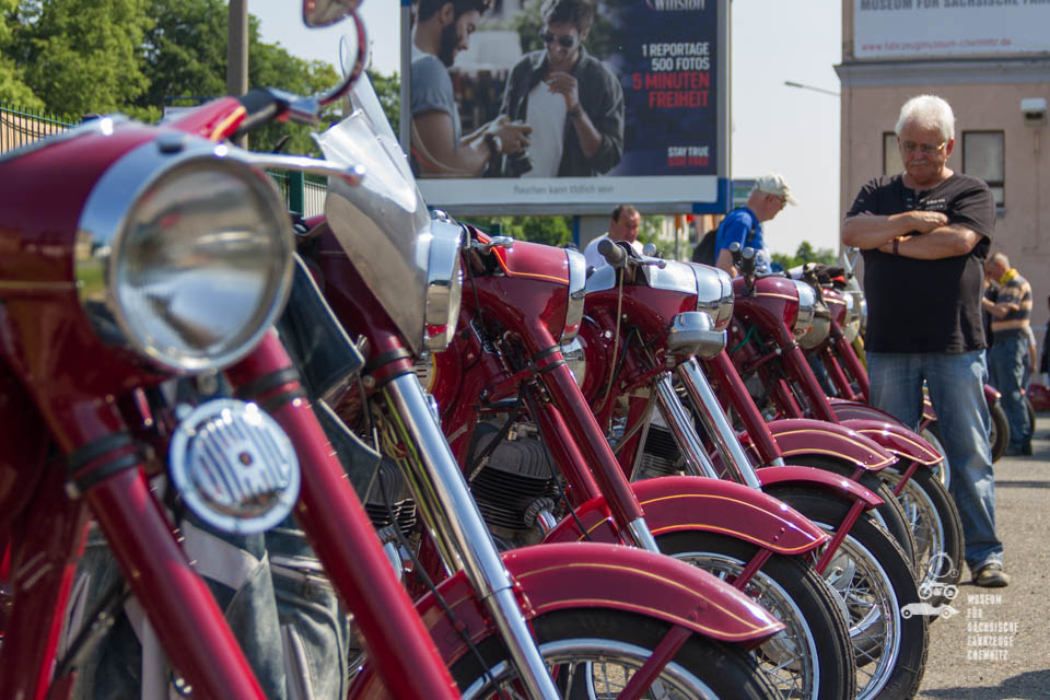 rote Mopeds in Reihe