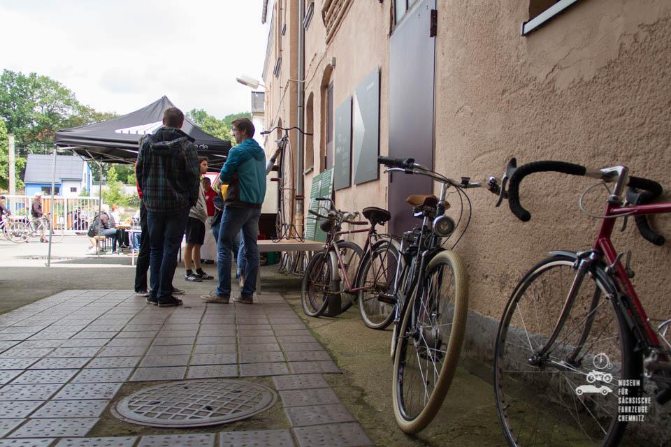 Fahrräder in reihe an die Wand gelehnt