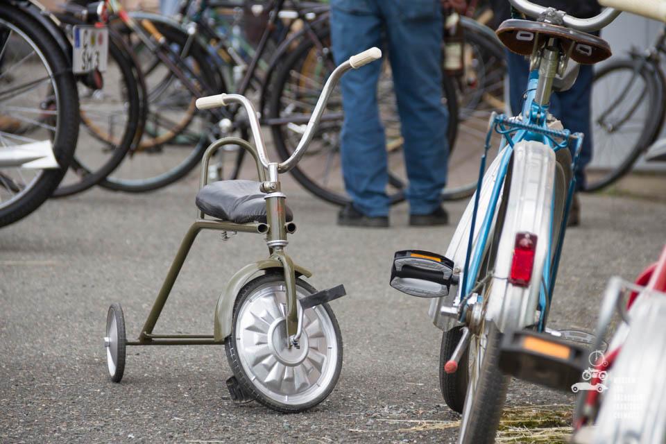 Kinderdreirad neben Fahrrad