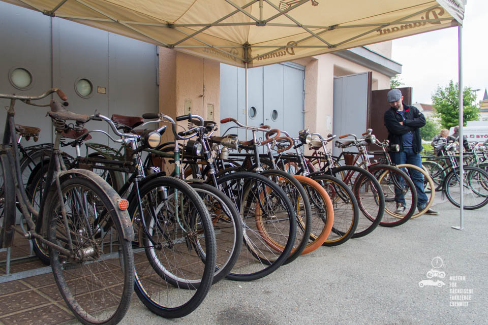 aufgereihte Fahrräder vor Museum