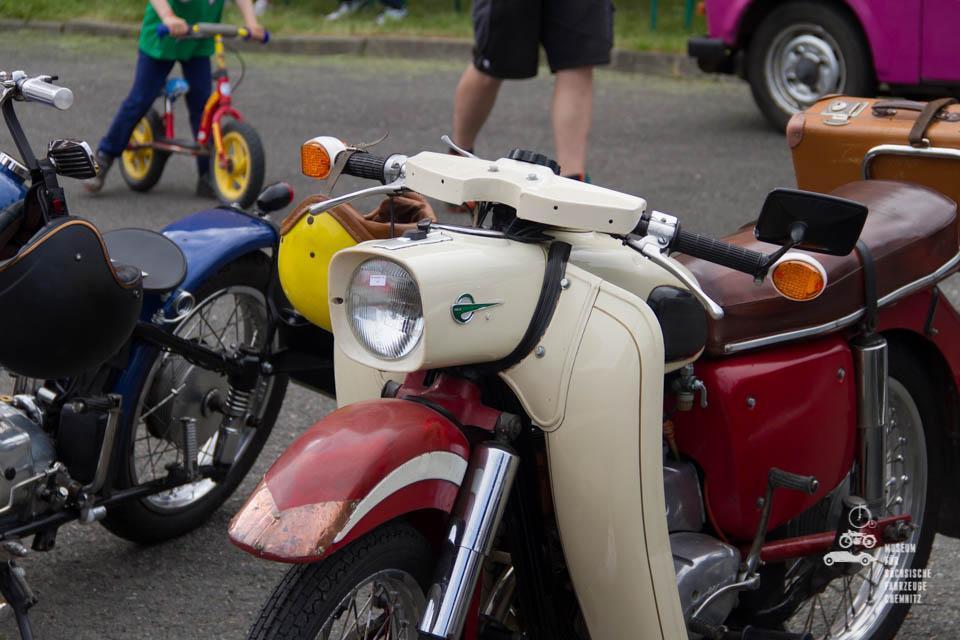 rot weißes Moped