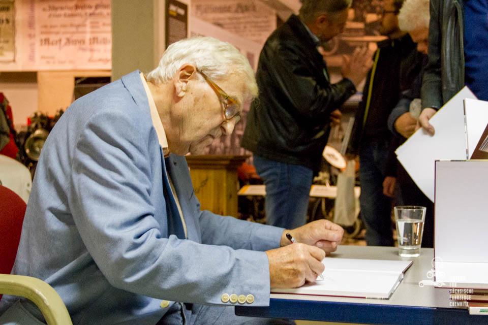 Horst Ihling beim Buchsignieren