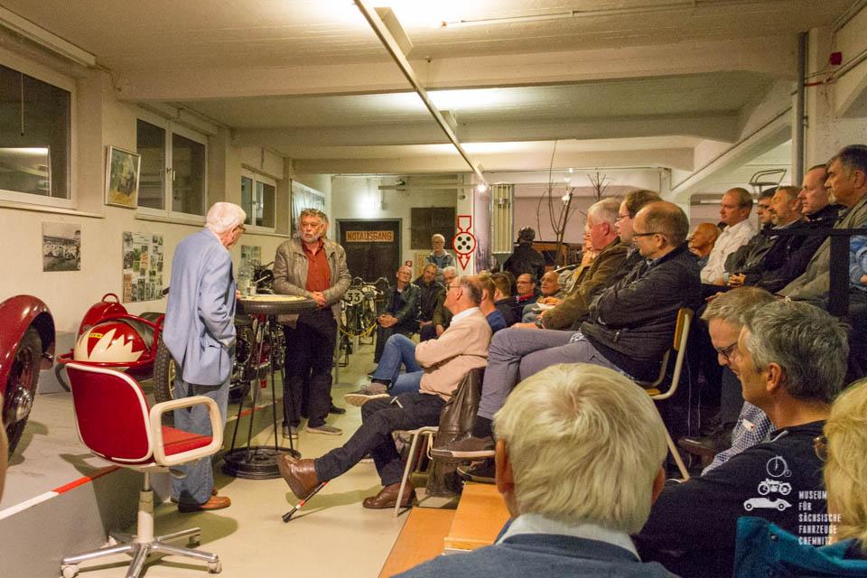 Horst Ihling und Frieder Bach vor den Zuhörern