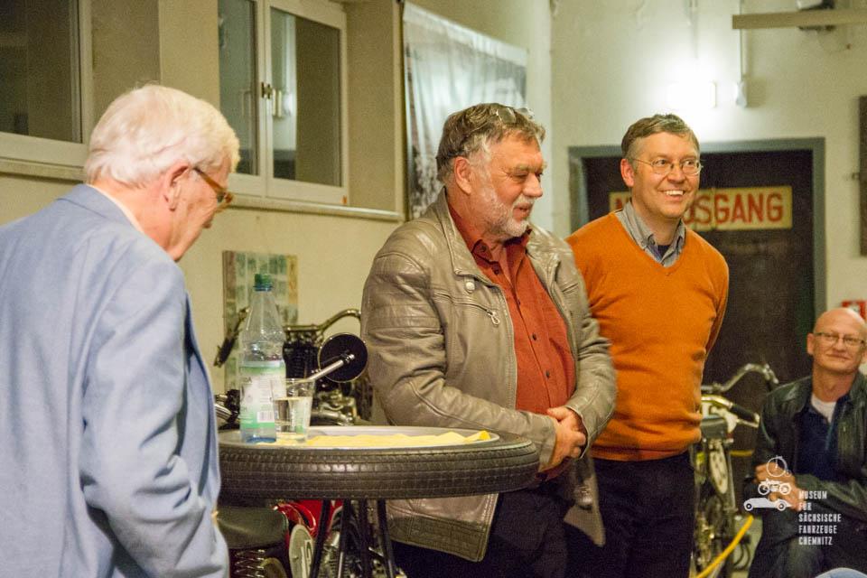 Horst Ihling, Frieder Bach und Dirk Schmerschneider vor den Zuhörern