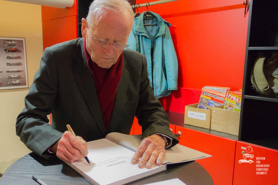 Carl H. Hahn beim Buchsignieren