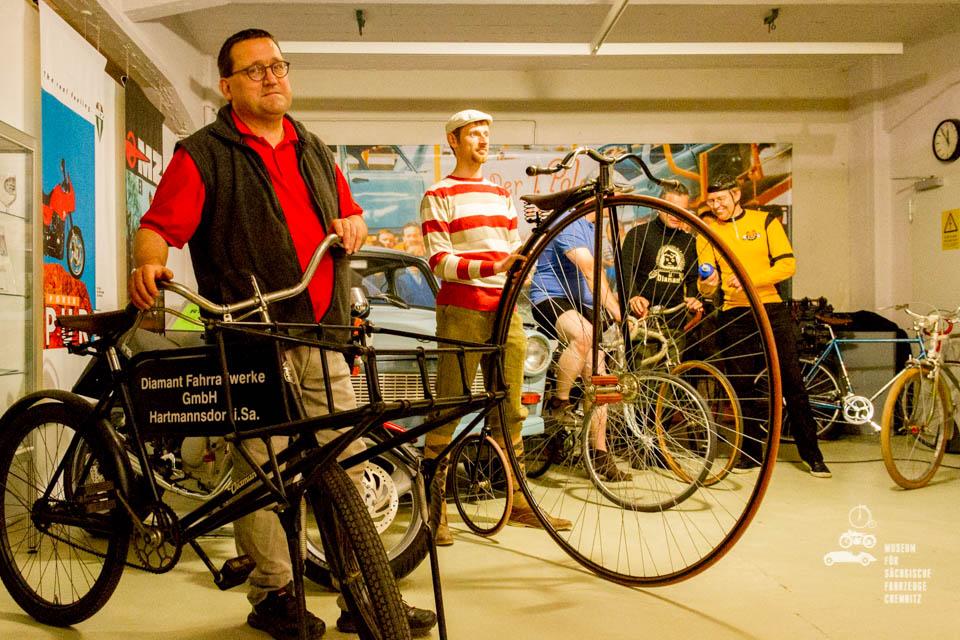 Fahrräder und Hochrad im Museum
