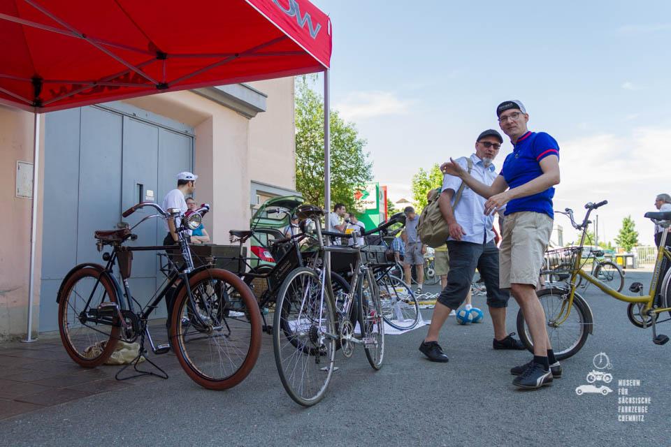 Teilnehmer und Fahrräder vor dem Museum