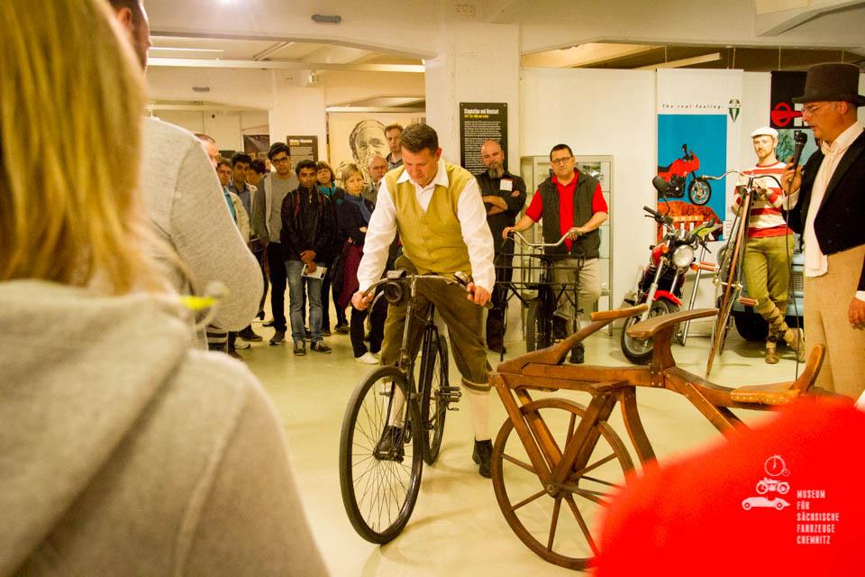 Vorführung alter Fahrräder im Museum