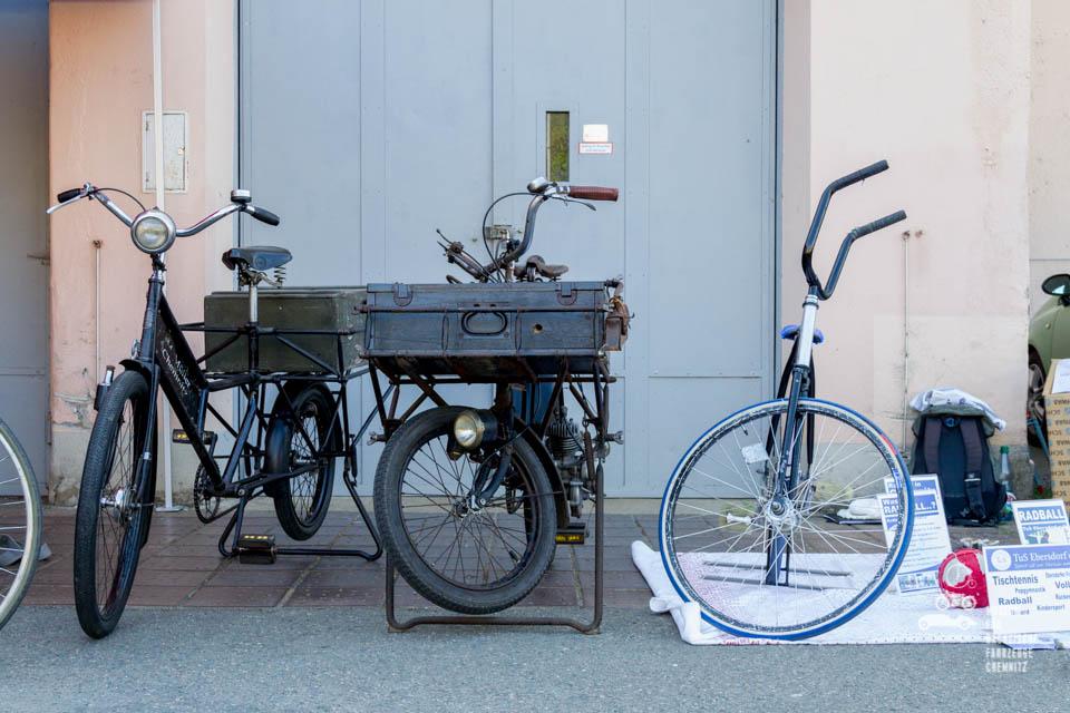 alte Fahrräder in Reihe