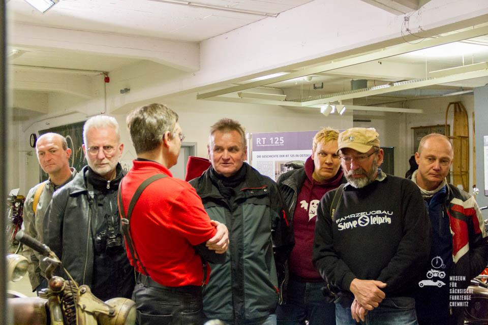 Dirk Schmerschneider im Gespräch mit Teilnehmern