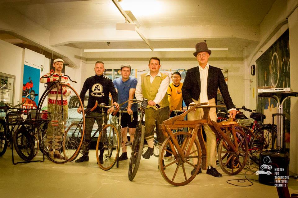 Fahrradmode mit verschiedenen Fahrrädern im Museum