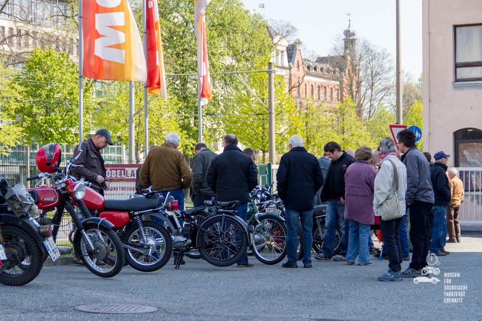 Besucher und Teilnehmer scharen sich um die rt