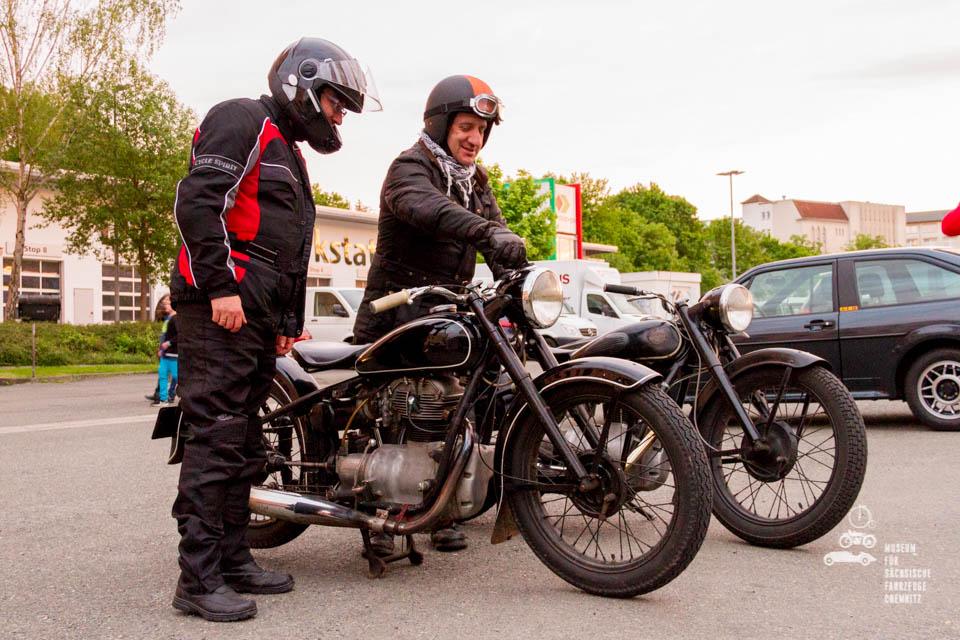 Ankunft von Besuchern auf ihren Motorrädern