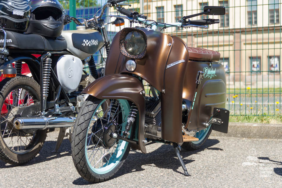 braunes Moped
