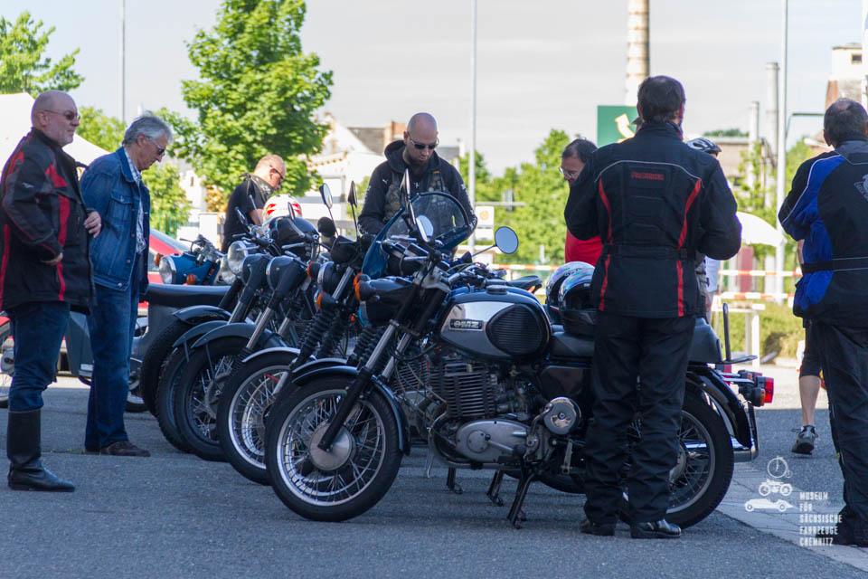Motorräder in Reihe