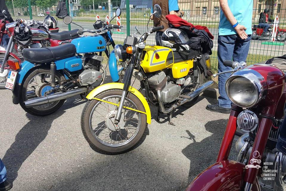 blaue, gelbe und rote Jawa