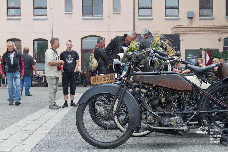 Wanderer Motorrad und Besucher vor dem Museum