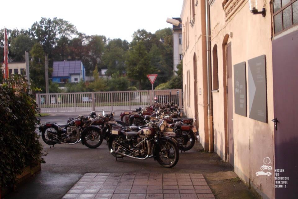 Schüttoffs vor dem Museum aufgestellt