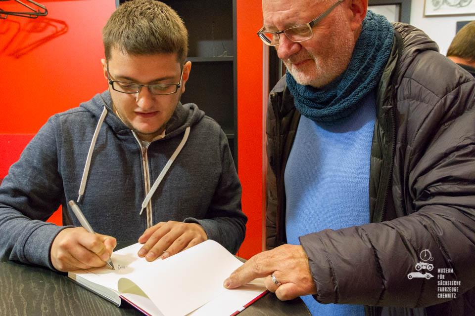 Andy Jordan beim Buchsignieren