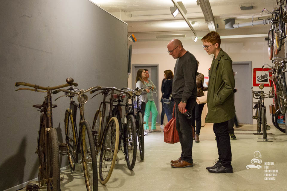 Besucher bestaunen die Fahrräder