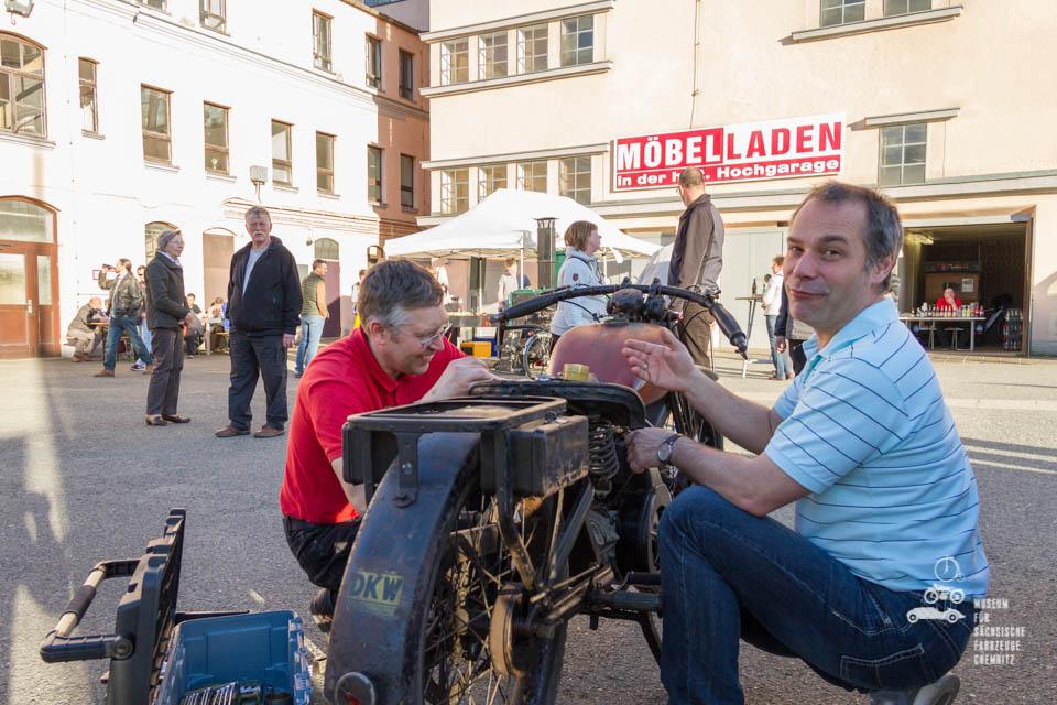 Dirk Schmerschneider beim schrauben