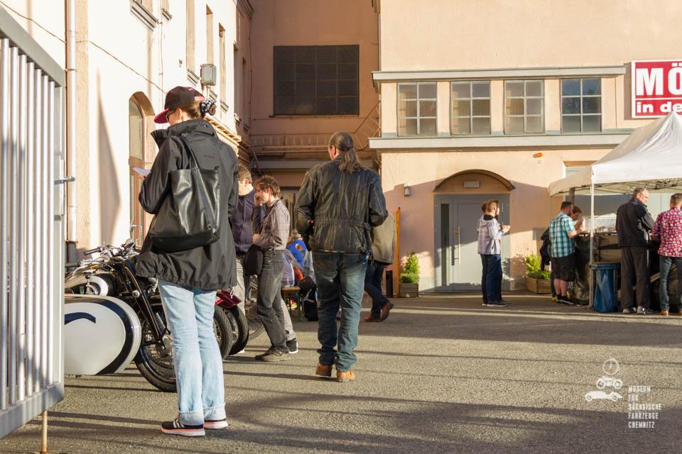 Blick auf den Eingang mit Besuchern
