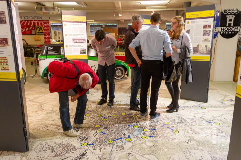 genaues Beobachten der Bodenkarte