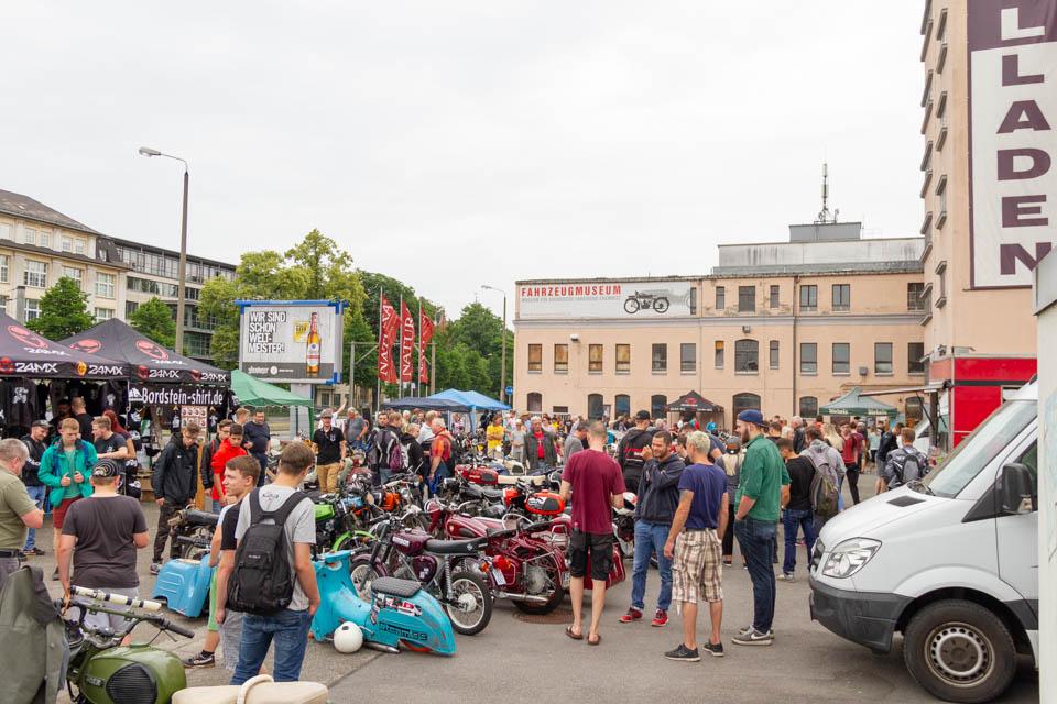 viele Leute vor dem Museum