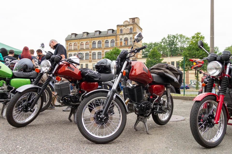 mehrere Motorräder in Reihe
