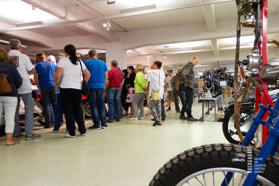 viele Besucher in der Ausstellung