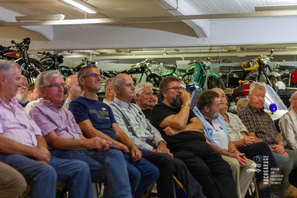 zahlreiche Zuschauer auf ihren Plätzen