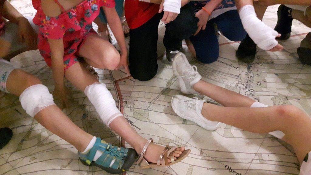 Die verbundenen Arme und Beine von Kindern