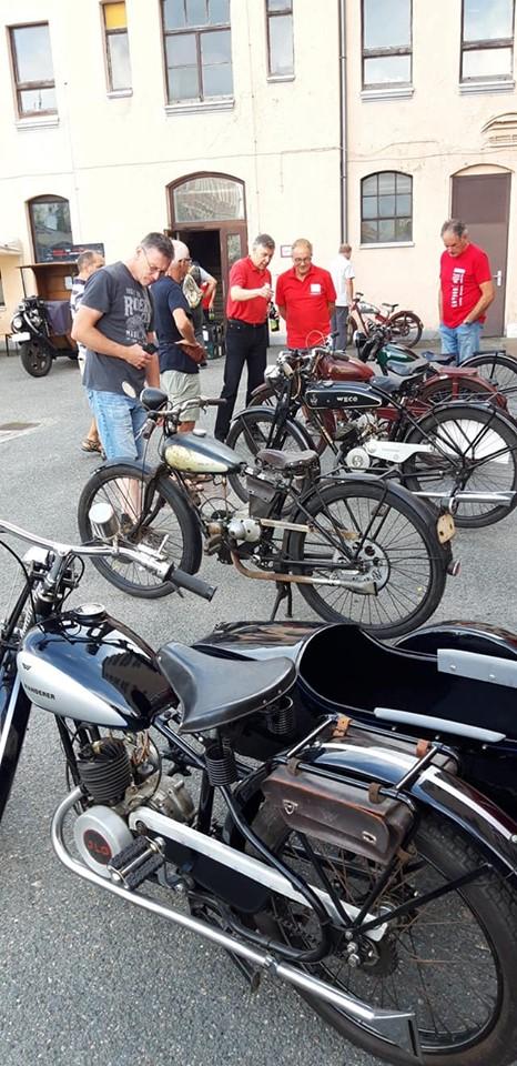 Kleinmotorräder vor dem Museum