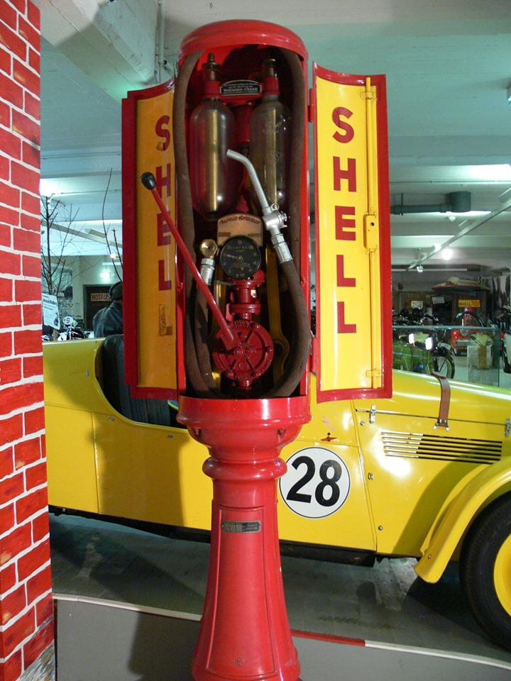 Shell Zapfsäule in rot und gelb