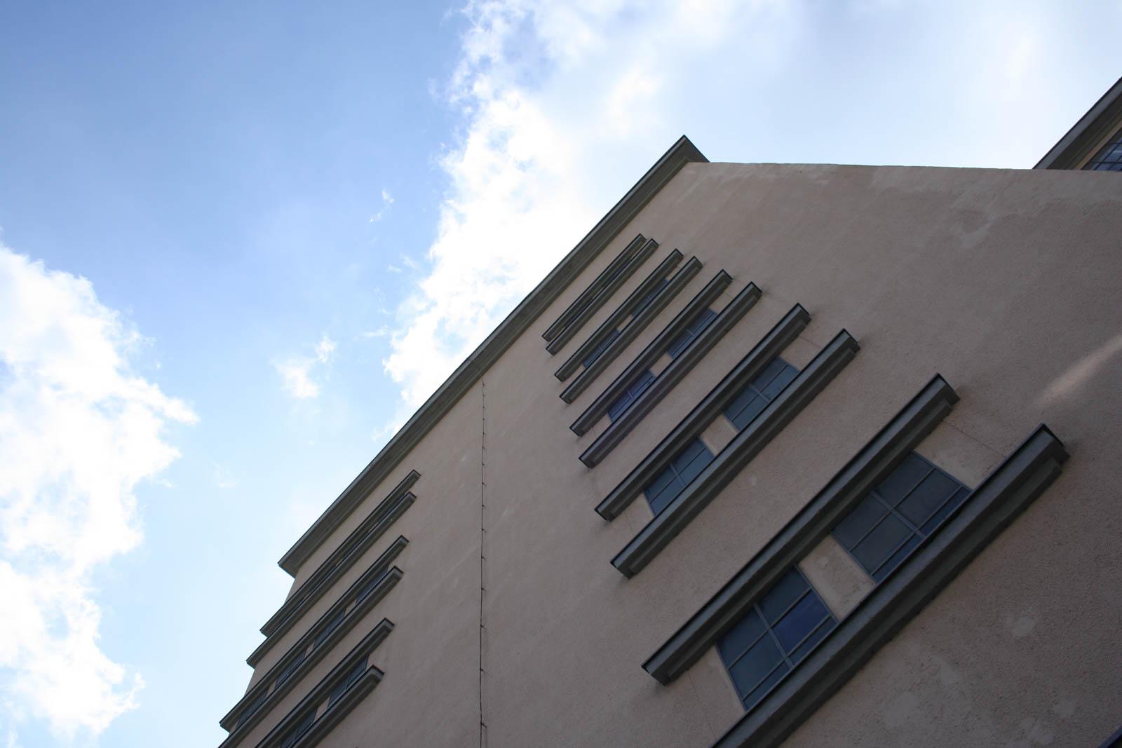 Blick nach oben entlang der Fassade der Hochgarage