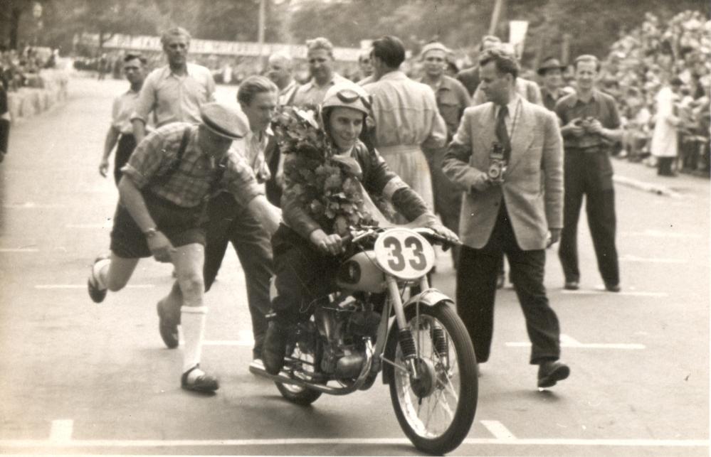Harald Linke nach dem Rennen mit Lorbeerkranz