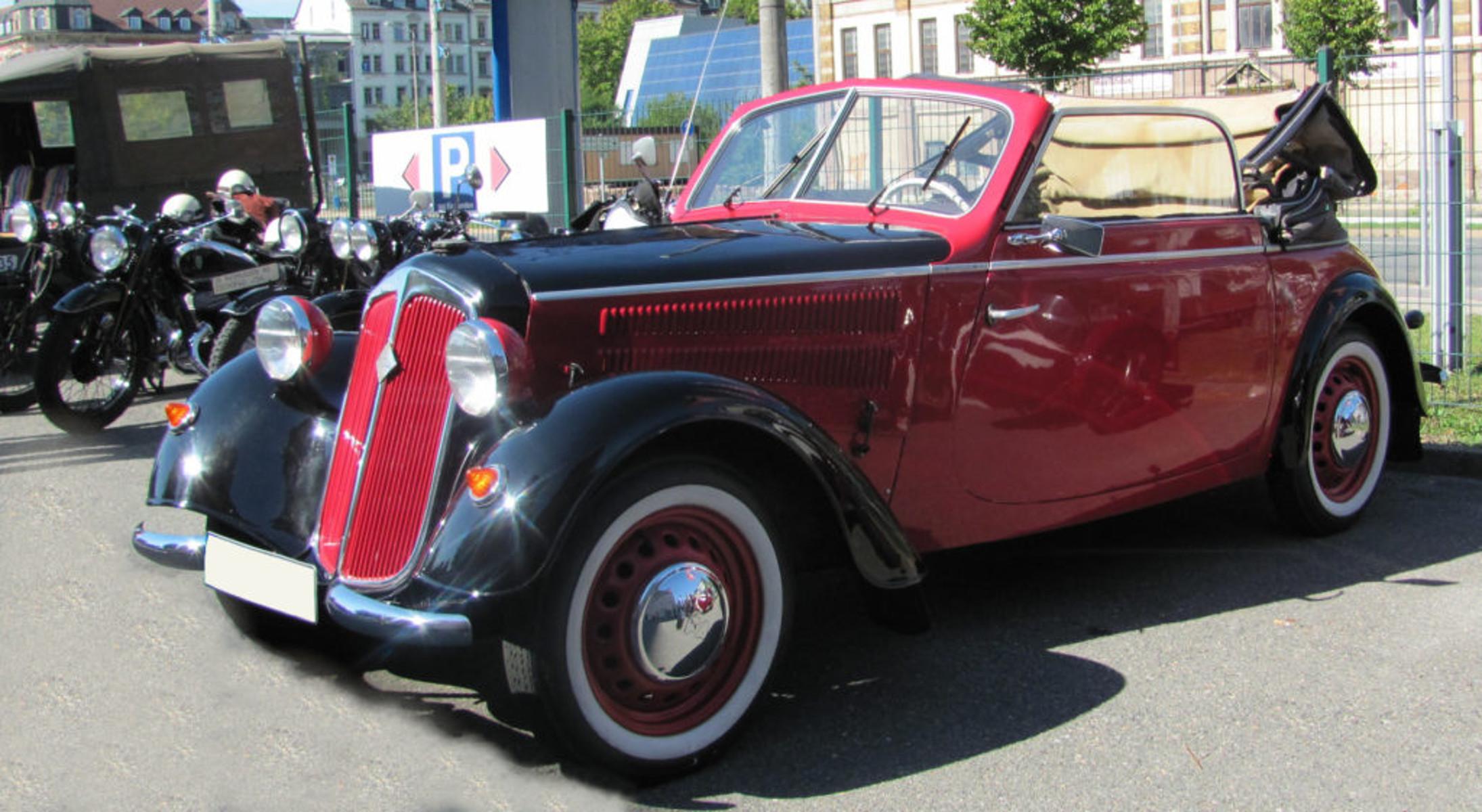 Ein DKW Auto steht auf dem Hof des Fahrzeugmuseums