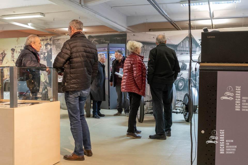 Besucher Der Sonderaustellung zur Eröffnung