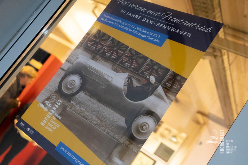 Eingangstür zum Museum mit Plakat zur Sonderaustellung