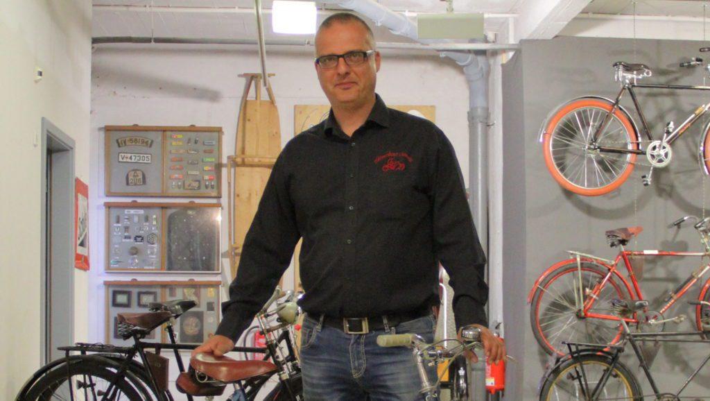 """Vereinsvorsitzender Ludwig Karsch mit Diamant Modell """"Wandersport"""""""