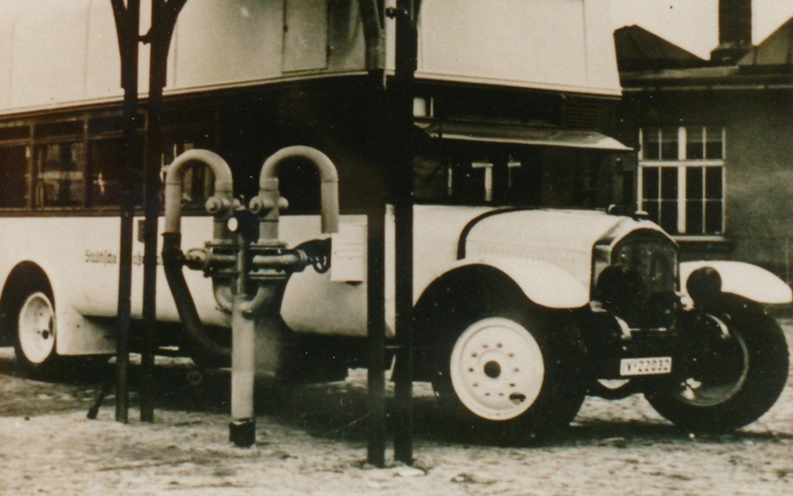 MAN-Bus Nr. 8 mit Ballontanks auf dem Dach an der Tankstelle für Niederdruck-Stadtgas im Betriebhof Kappel um 1942. CVAG Archiv