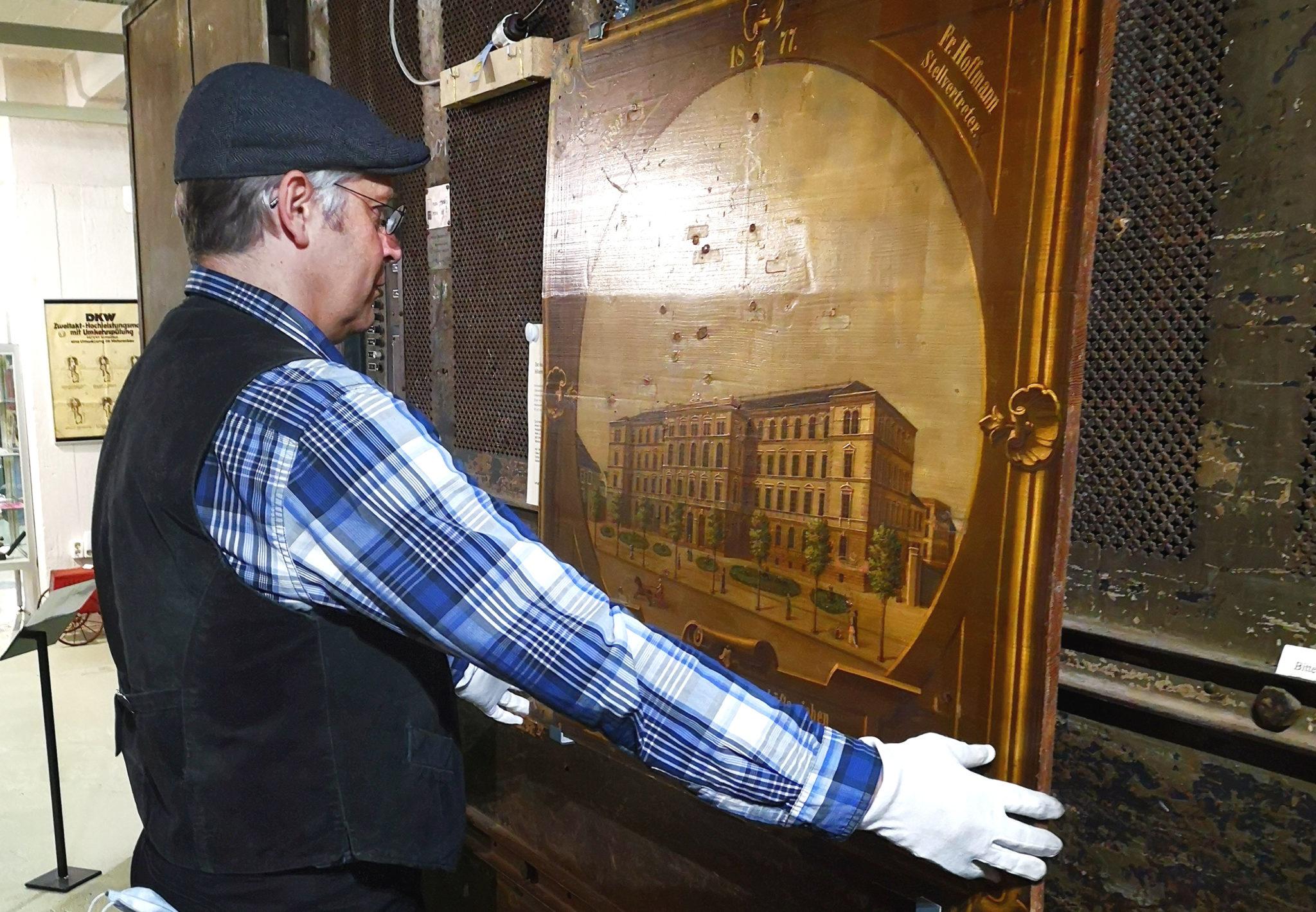 Museumsleiter Dirk Schmerschneider beim aufhängen der Schießscheiben