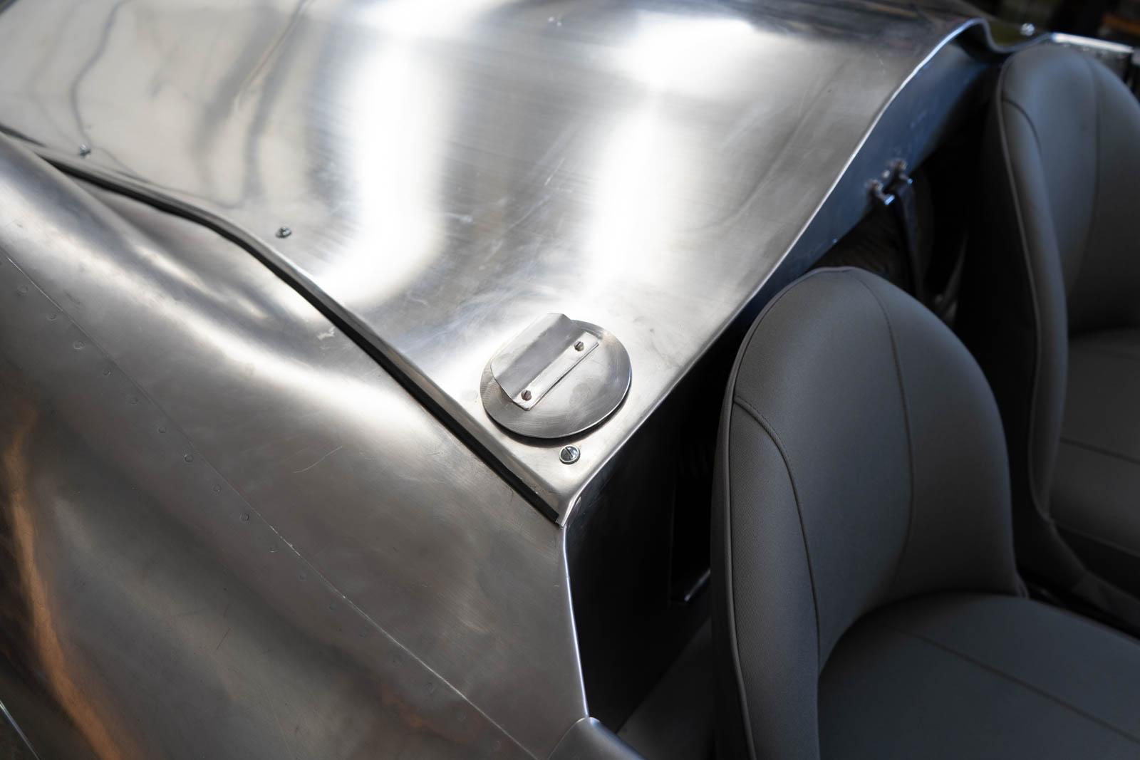 Blick auf die Karosse mit Tankdeckel