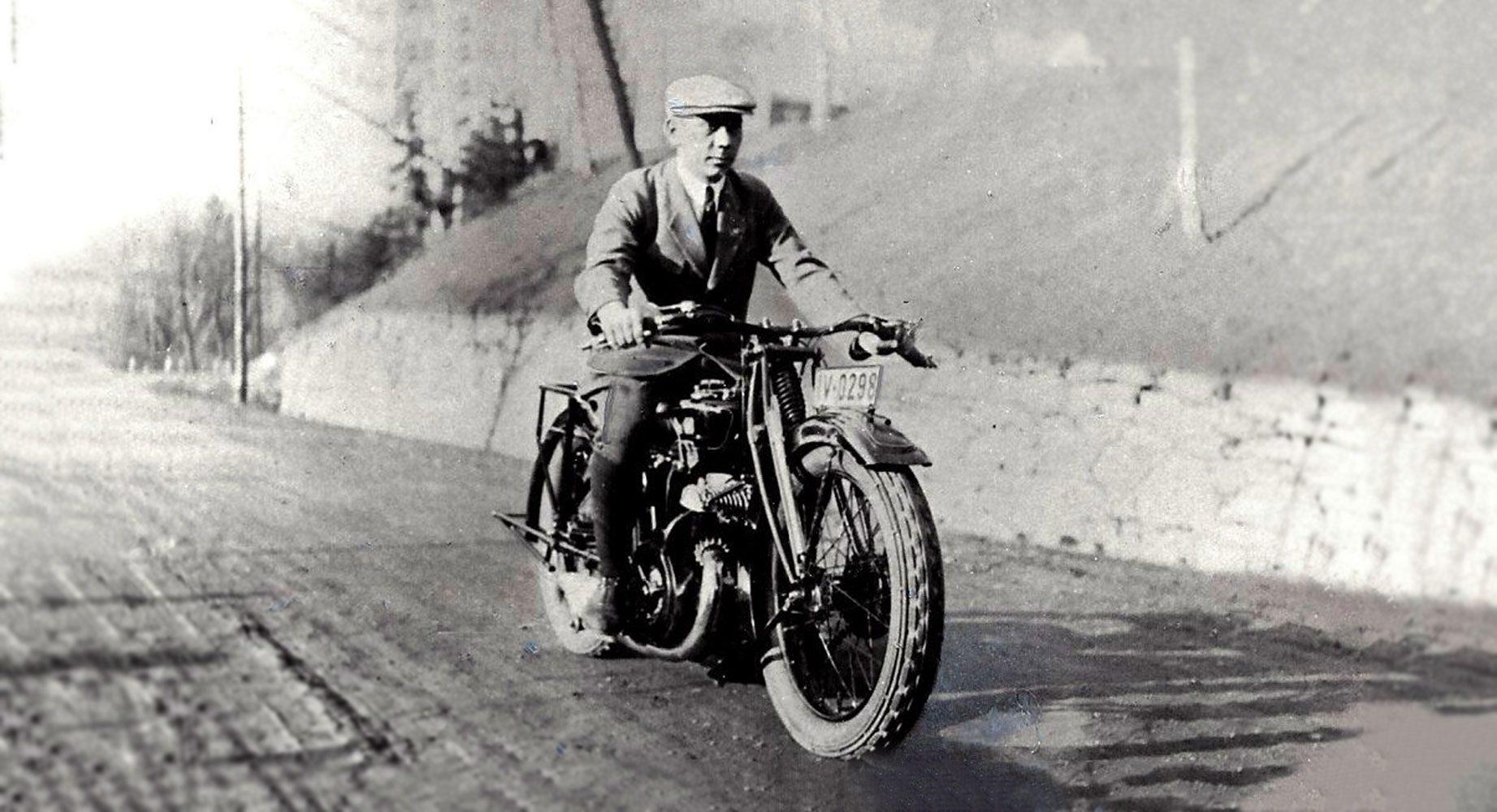 DKW-Chefkonstrukteur Hermann Weber fährt auf einem Motorrad