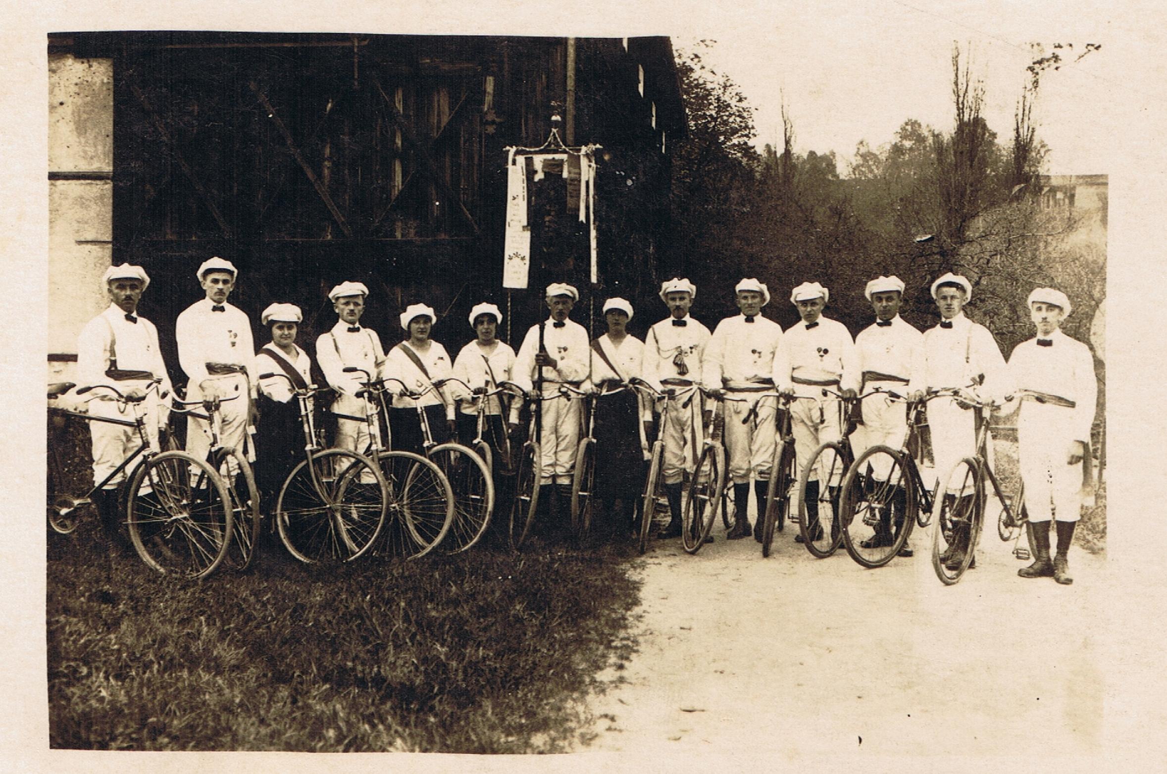 Historisches schwarz-weiss-Foto von einer Gruppe Radfahrer und Radfahrerinnen